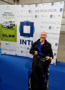 Diego junto al banner de Citroën y el INTI